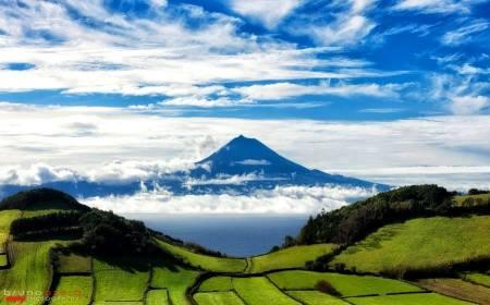 Ilha do Pico vista desde a Ilha de Sao Jorge